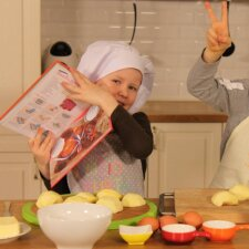 Vaizdo pamokėlė: vaikai kepa skanųjį obuolių pyragą