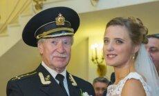 84-eri# rus# aktorius Ivanas Krasko ir jo 60 met# jaunesnЗ .mona