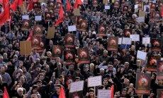 Protestuotojai Irane, kurie piktinasi šiitų dvasininko nukirsdinimu