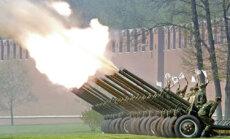Rusijos armija saliutuoja per Prezidento Vladimiro Putino inauguracijos iškilmes Kremliuje.
