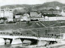 """Laikinas tiltas per Nerį šiandieninio Žaliojo tilto vietoje atidarytas 1945 m. gegužės 5 d. (Šaltinis: """"Vilniaus miesto istorija"""", 1972 m.)"""