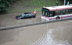 Хаос на улицах Вильнюса: тонут машины, вода срывает люки колодцев
