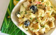 Mišrainė su krabais, kiaušiniais ir skrebučiais