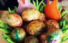 Kiaušinių dažymas svogūnų lukštais, popieriukais ir kiaušinių dažais
