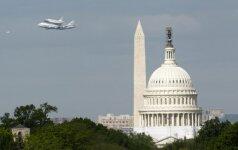 Discovery virš JAV Baltųjų rūmų