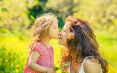 Ar iš tiesų vaikų nereiktų bučiuoti į lūpas