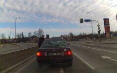 Neįtikėtinas įžūlumas Šiauliuose: nufilmavo kantrybės netekusio vairuotojo išpuolį