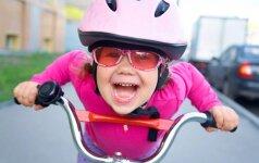 Interneto hitas: tėtis moko sūnų važiuoti dviračiu VIDEO