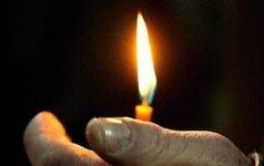 Vyras laiko žvakę cerkvėje per stačiatikių Kalėdas