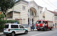 Через забор синагоги в Вильнюсе девушка забросила подозрительный пакет