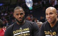 Заскучавшие звезды НБА сыграли во время матча в бутылочку