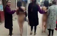 Įsiutusi žmona išvilko nuogą vyro meilužę į gatvę
