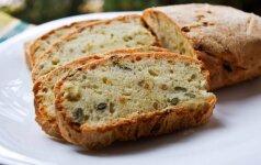 Duona su keptais svogūnais, saulėgrąžomis ir moliūgų sėklomis