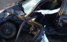 В центре Каунаса BMW не пропустил внедорожник: пострадали три человека