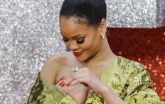Pasirinkusi atvirą suknelę, Rihanna prašovė pro šalį