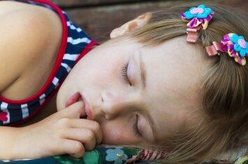 Vaikas čiulpia pirštą: psichologės komentaras