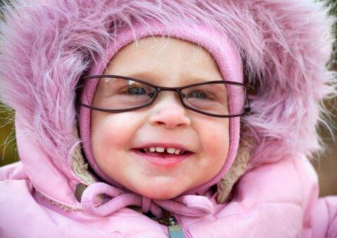 """Nufilmavo, kaip kūdikiui uždėjus akinius, jis pirmą kartą aiškiai pamato mamą <sup style=""""color: #ff0000;"""">(VIDEO)</sup>"""