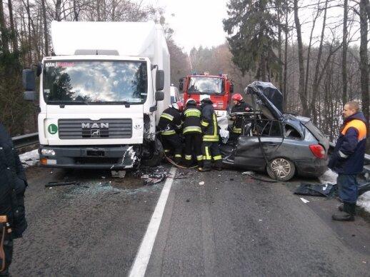 """Pamoka skubantiems: nufilmuota, kaip posūkyje prieš eismą išlėkusi """"Škoda"""" trenkėsi į sunkvežimį"""