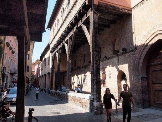 Bolonija klestėjo viduramžiais, todėl ir šio laikotarpio architektūros kūrinių čia daugiausia