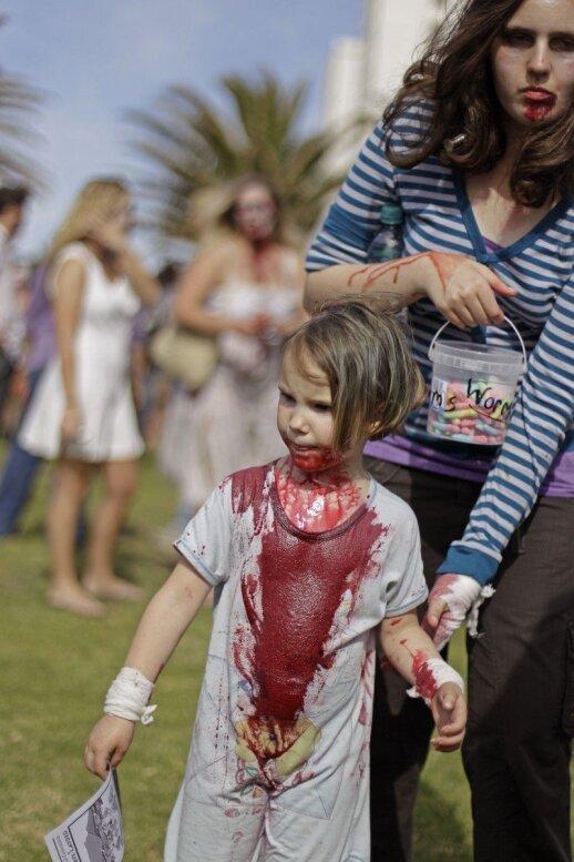 """Zombių eitynėse baisiomis kaukėmis puošiasi ir vaikai <sup style=""""color: #ff0000;"""">FOTO</sup>"""