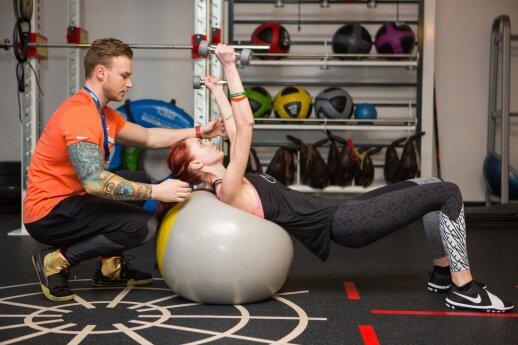 Krūtinės raumenis stiprinantis pratimas su kamuoliu ir svarmenimis