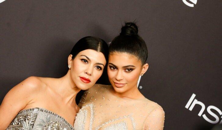 """Kylie Jenner vakarėlyje nustebino savo apdaru, panašiu į <span style=""""color: #ff0000;"""">pilvo šokėjos</span> (FOTO)"""