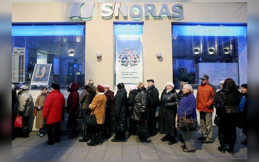Люди собираются у банка Snoras с самого утра