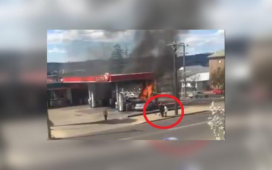 Uratowani z płonącego samochodu