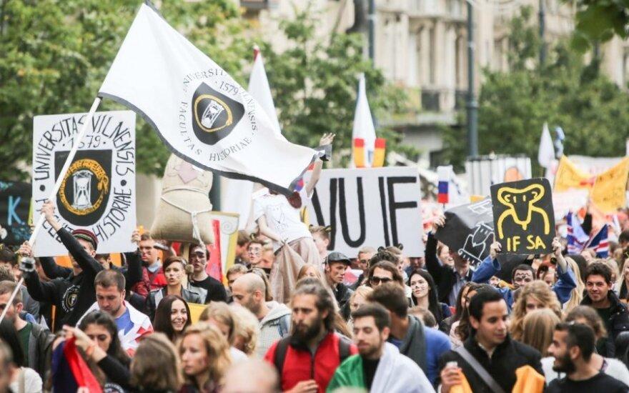 Улицы заполонили студенты