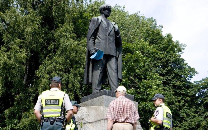 Пожарные сняли шляпу с памятника Цвирке