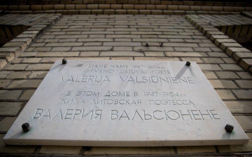 В Вильнюсе снята памятная доска поэту Вальсюнене