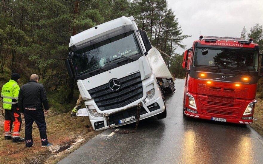 В Норвегии литовская фура с лососем заблокировала дорогу — разгружают вручную