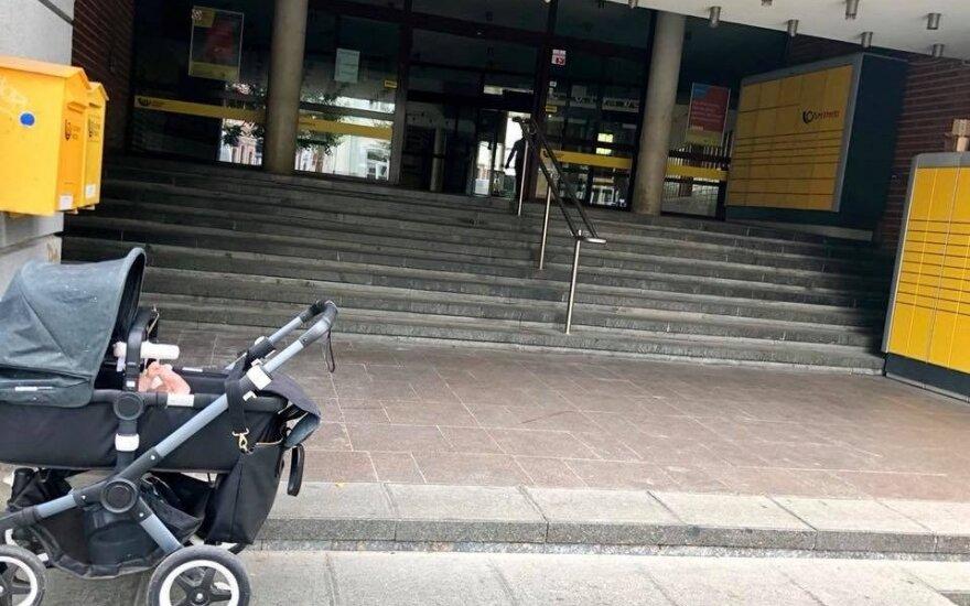 Tėvai su vežimėliu