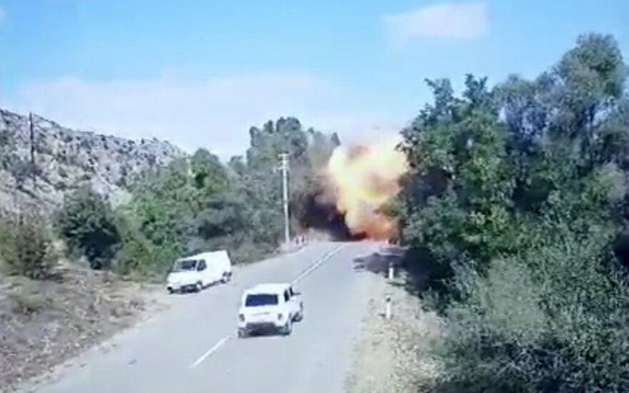 Нагорный Карабах: Степанакерт обесточен, Азербайджан утверждает, что Армения обстреляла Гянджу