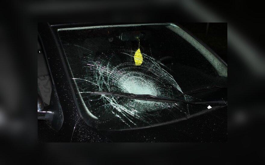В Вильнюсе сбитый пешеход разбил окно автомобиля