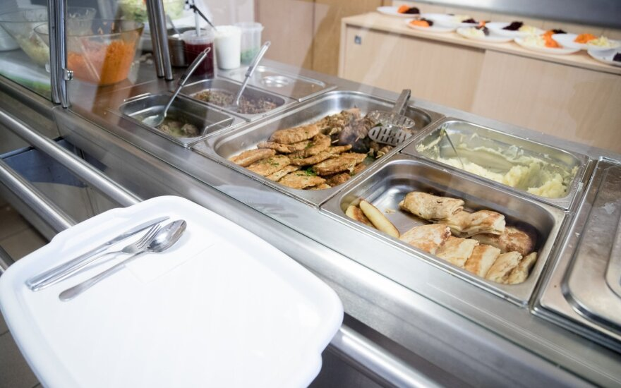 В Литве планируют бесплатно кормить больше школьников