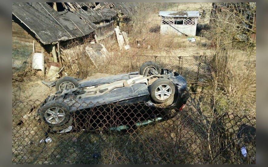 В пятницу в Вильнюсе с дороги съехал автомобиль BMW