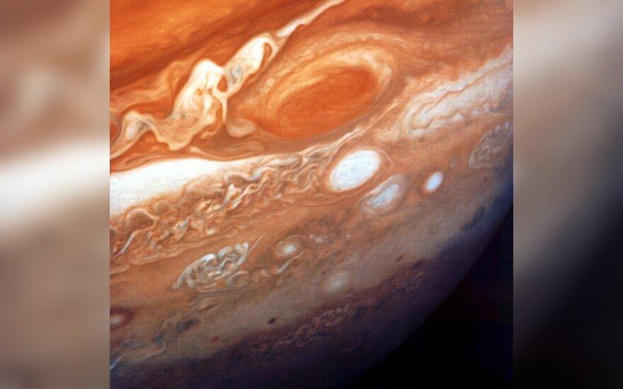 Астрономы заглянули внутрь Большого красного пятна Юпитера