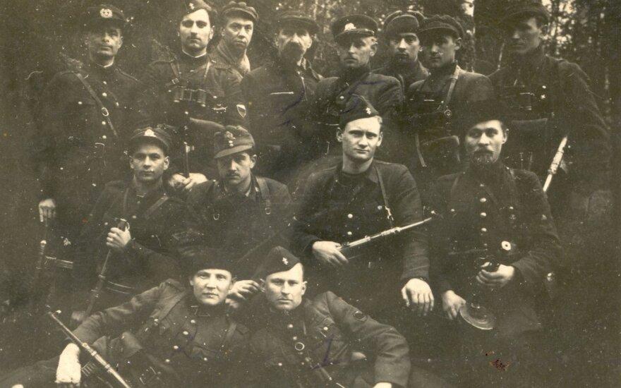 Dainavos apygardos vadų sąskrydis 1947 m. balandžio 23–26 d. Punios šile. Trečioje eilėje iš kairės stovi: 4. apygardos vadas Dominykas Jėčys-Ąžuolis, 5. Merkio rinktinės vadas Adolfas Ramanauskas-Vanagas.