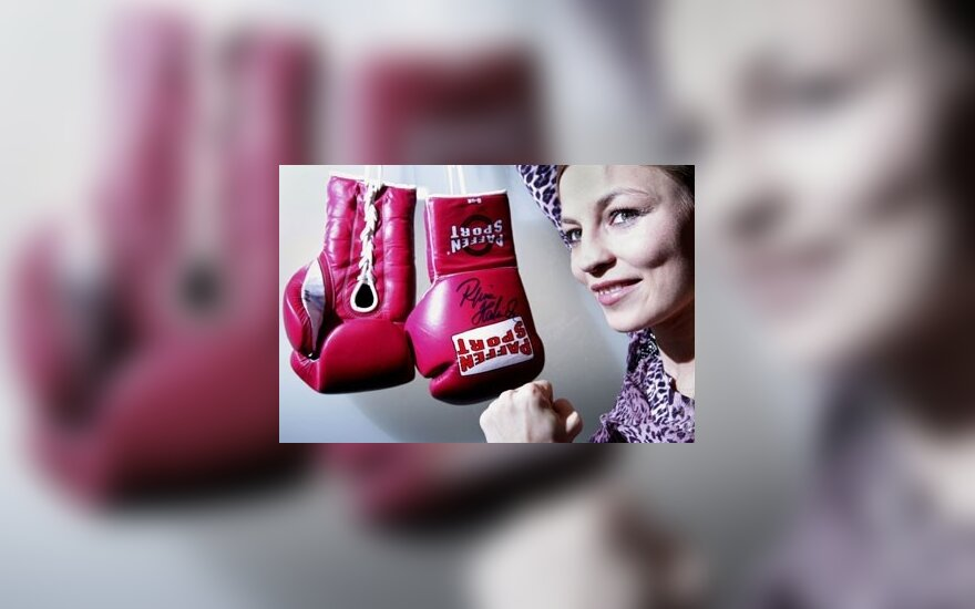 Vokiečių boksininkė Regina Halmich pozuoja šalia savo bokso pirštinių Istorijos Muziejuje Štutgarte.