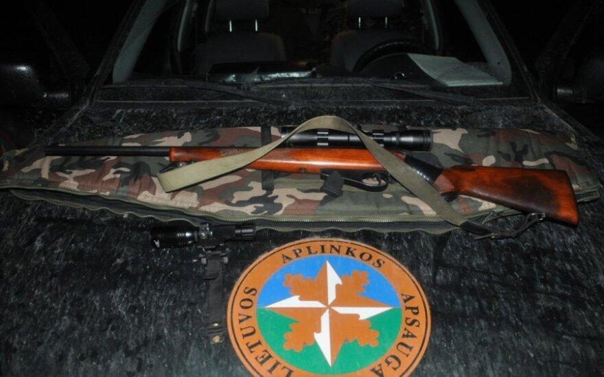 Į medžioklė - apsišvietus šautuvą prožektoriumi