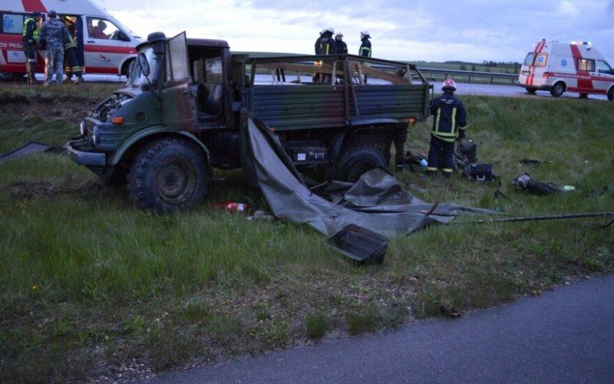 Karinį sunkvežimį apvertė girtas vairuotojas, į ligoninę išvežti aštuoni žmonės, Radviliškio r. PK nuotr.