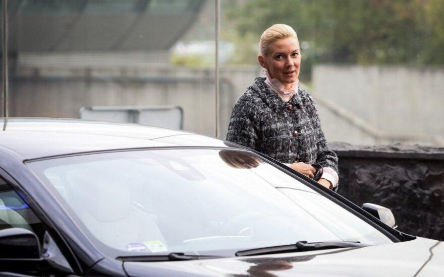 Скромная Вонжутайте ездит на роскошном авто