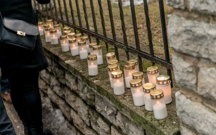 У посольства Украины в Эстонии зажгли свечи в память о погибших