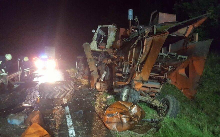 На дороге Паланга-Шяуляй столкнулись тягач и комбайн, пострадал человек