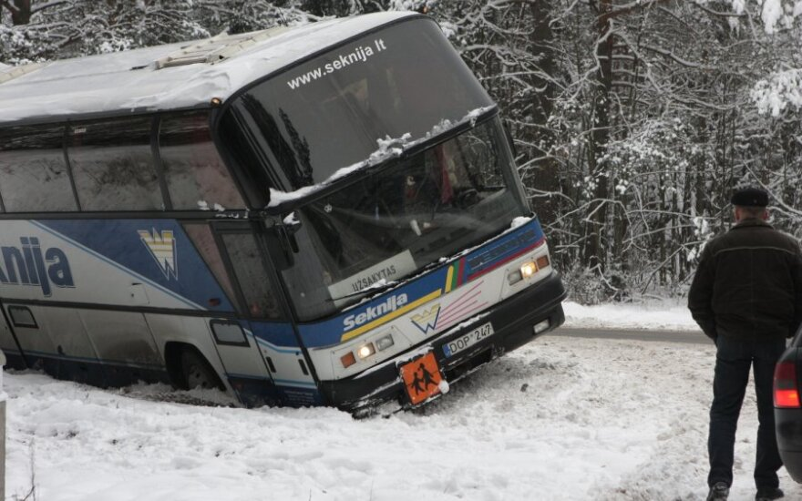 Под Неменчине с дороги съехал заказной автобус с детьми