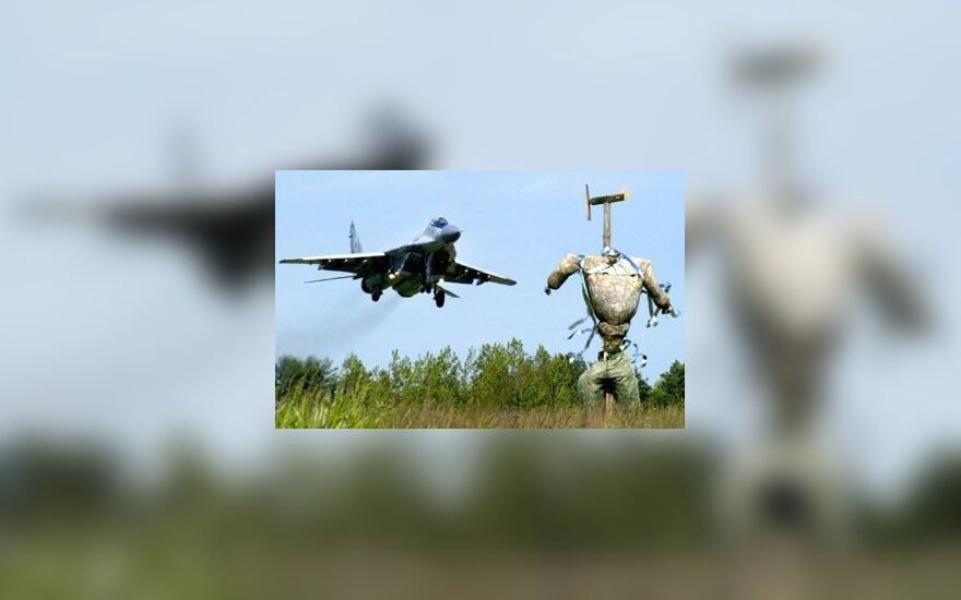 Baltarusijos karo lėktuvas skrenda virš kaliausės karinėje bazėje Baranovičiuose.