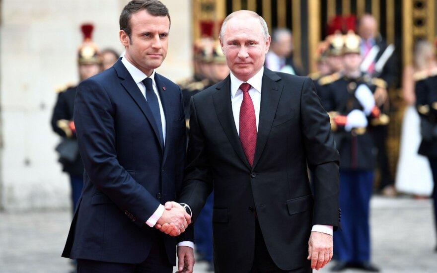 Путин пошутил над опоздавшим на переговоры Макроном