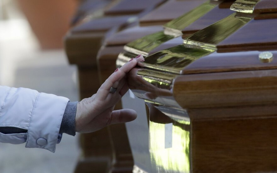 В Самаре женщина привезла гроб с телом мужа к зданию правительства