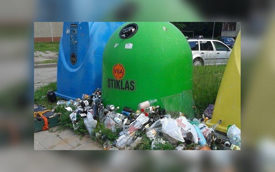 Stiklo konteineris Šeškinėje neišvežamas jau gerą mėnesį/Ievužės nuotr.